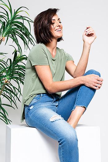 Women Mid-Rise 2-Button Frayed Hi-Lo Hem Anklet