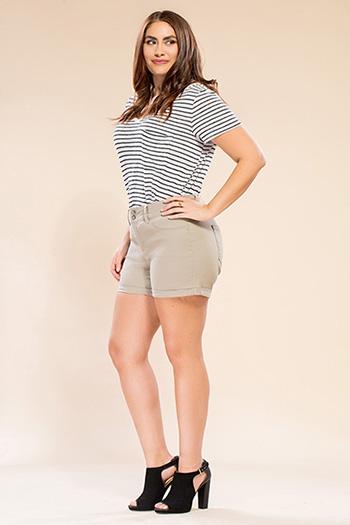 Women Plus Size Basic 2-Button Cuffed Shorts